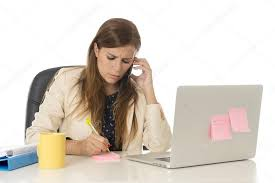 femme de bureau femme d affaires en au bureau d ordinateur de bureau parler