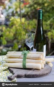 cuisiner asperges fraiches aliments de printemps asperges fraîches de grands blancs prêt à