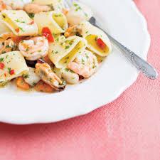 pâtes italiennes aux fruits de mer mezzi paccheri ai frutti di mare