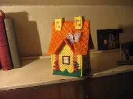casita que es una caja hecha en plastic canvas y lanas