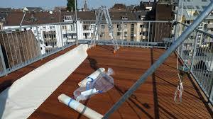 windschutz balkon stoff windschutz sonnensegel terrassenmöbel und ein smokergrill