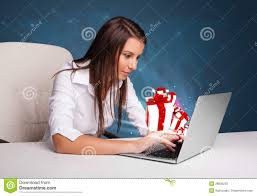 Schreibtischsysteme B O Hübsche Dame Die Am Schreibtisch Sitzt Und Auf Laptop Mit