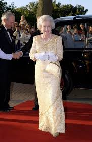 Queen Elizabeth Purse One Of My Favourite Queen Elizabeth Ii Gowns My Goodness