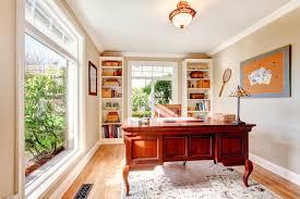 bureau classique pièce lumineuse de bureau avec le bureau classique et les étagères