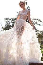 robe de mari e robe de mariée prestigieuse avec pétales de fleurs oksana mukha