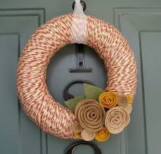 23 and cozy yarn wreaths for fall décor digsdigs
