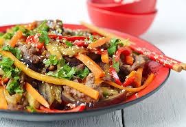 cuisine asiatique boeuf salade chaude avec l aubergine le boeuf et le poivre cuisine