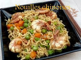 cuisiner des pates chinoises nouilles chinoises aux crevettes et sautés de légumes