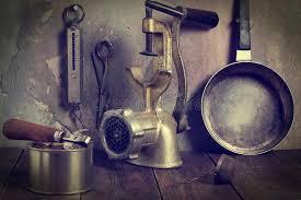 vieux ustensiles de cuisine une collection de vieux ustensiles de cuisine photos teintées image