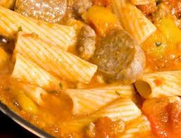 cuisiner des saucisses saucisses de toulouse braisées aux légumes d automne recettes iga