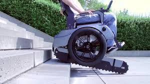 sedie per disabili per scendere scale la sedia a rotelle sale le scale corriere tv
