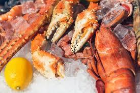 cuisiner homard congelé homard congelé frais sur la glace au citron au marché photographie