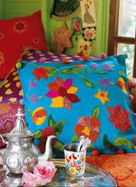 tapis boule feutre un coussin fleuri de laine cardée marie claire