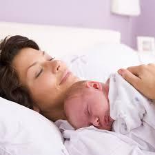 bébé dort dans sa chambre le co dodo pour ou contre dormir avec bébé maman plurielles fr
