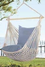 h ngematte auf balkon hängematte für balkon und blaue kissen gartenmöbel