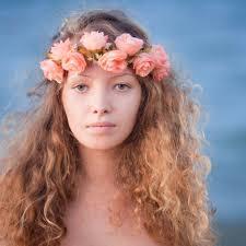 Frisuren Selber Machen Lockiges Haar by Lockiges Haar Mit Rosa Blumen Auf Tiara Rote Strähnchen