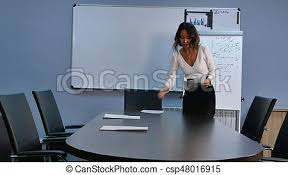 mettre sur le bureau bureau bureau mettre préparer papiers secrétaire