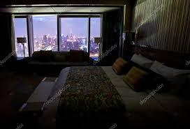 nuit d hotel avec dans la chambre chambre d hôtel avec scène de de nuit photographie ymgerman