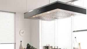 hotte cuisine suspendue une hotte de cuisine design efficace et pratique côté maison
