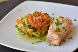 cuisiner le saumon pavé de saumon sur lit de légumes cuisine avec du chocolat ou