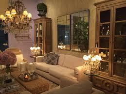 интерьер освещение гостинная люстра зеркало диван колониальный