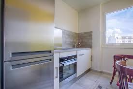cuisine d appartement equipement moderne métallique pour cette cuisine d appartement