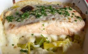 cuisiner poireaux poele recette saumon sur lit de poireaux économique et simple cuisine