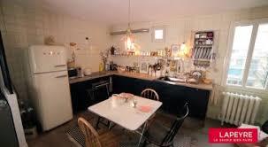 cacher une cuisine ouverte une cuisine chic et rétro ouverte sur le salon