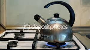 cuisiner avec une bouilloire l eau bout dans une bouilloire avec un sifflet sur une cuisinière