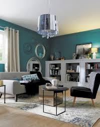Visites Privées 13 Appartements Français Osent La Couleur Mur Bleu Sol Parquet Bois Clair Rideau Crème Canapé Noir