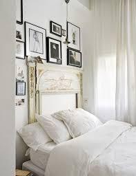 chambre parisienne voilage draps blancs et vieux manteau de cheminée font tout le