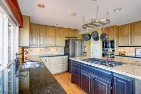 cuisine couleur miel vue d intérieur moderne de pièce de cuisine avec des coffrets de