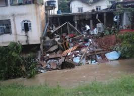 Chuva forte causa acidente, destruição e alagamentos nas ruas da ...
