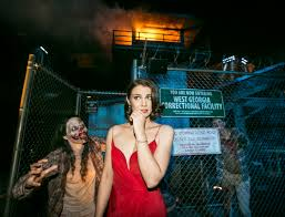 2014 halloween horror nights behind the thrills stars of the walking dead celebrate the world