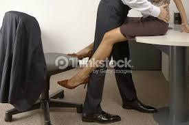 bureau homme d affaire homme daffaires et femme daffaires flirter dans un bureau photo