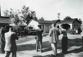 marilyn monroe house brentwood reporters waiting in front of westwood mortuary august 5 1962
