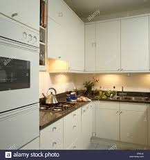 cuisiner avec une bouilloire cuisine avec four mural noir et plateaux avec alessi