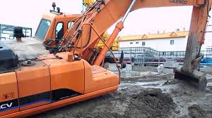 excavator stuck in deep mud and try to recovery by it self