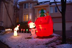 snoopy doghouse christmas decoration snoopy themed christmas decorations chris devers flickr