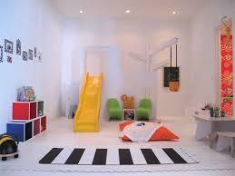 jeux de chambre à décorer salle de jeu pour enfants avec toboggan jaune et tapis noir et