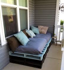 comment fabriquer un canapé en bois de palette meubles palettes bois canapé confortable coussins décoratifs