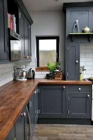 cuisine rustique moderne idée relooking cuisine le plan de travail bois est un excellent