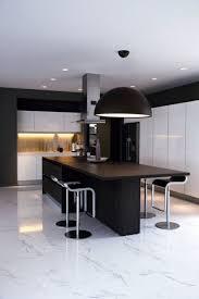 cuisine moderne ilot central cuisine moderne avec un îlot central noir massif