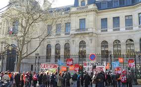 la chambre du commerce la chambre de commerce de supprime 315 postes le parisien