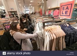 gap black friday sale tokyo japan 25th nov 2016 shoppers browse black friday offers
