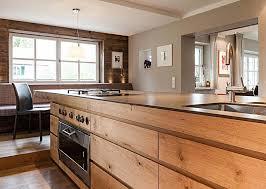 moderne landhauskche mit kochinsel freistehende kochinsel mit fronten aus holz küche