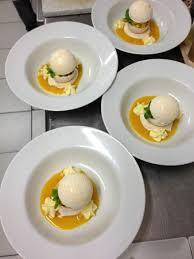sphère de meringue aux fruits exotiques photo de restaurant la