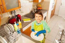 cuisine enfant garcon bon enfant garçon qui lave les plats dans la cuisine domestique