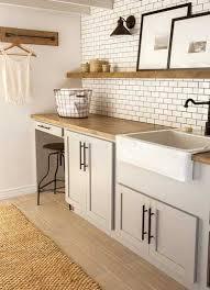 cuisine avec etagere carrelage métro et etagères bois dans une cuisine vintage