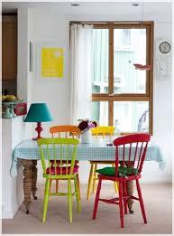 con sillas de colores